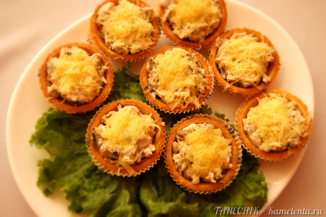 Тарталетки с жульеном из грибов и курицы