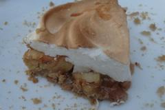 Пирог с карамельными яблоками и меренгой