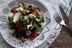 Салат с рукколой и маринованными початками кукурузы