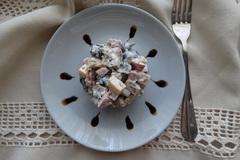 Салат с маслинами, сыром и ветчиной