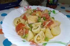 Паста с семгой и овощами в томатно-сметанном соусе