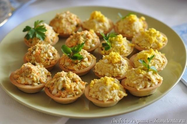 Рецепт салата в тарталетках с печенью трески