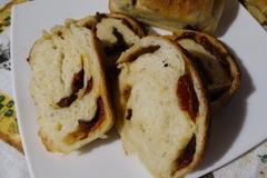 Дрожжевой хлеб с вялеными томатами